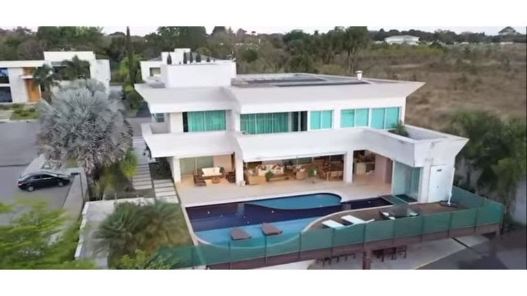 Imagens divulgadas pela imobiliária Bordalo mostram a mansão comprada por Flávio Bolsonaro pelo valor de 6 milhões, em Brasília.
